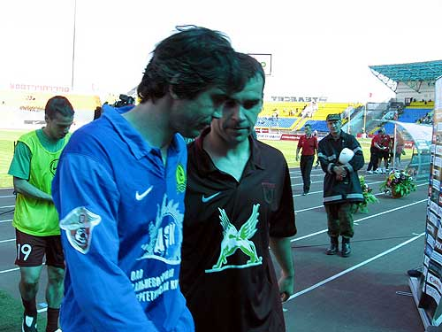 football-players-discuss-a-foul-shot